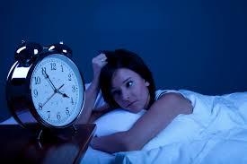 Jeune femme devant son réveil qui n'arrive pas à s'endormir-Marie Duval sophrologue