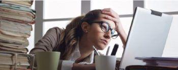 jeune femme fatiguée devant son ordinateur-Marie Duval sophrologie