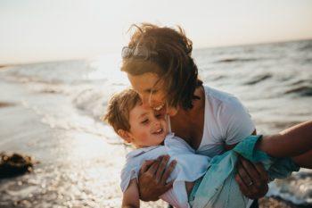 Une maman qui joue et rit avec son fils au bord de mer-Marie Duval sophrologue