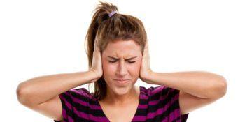 Jeune femme se tenant les oreilles - Marie Duval sophrologue