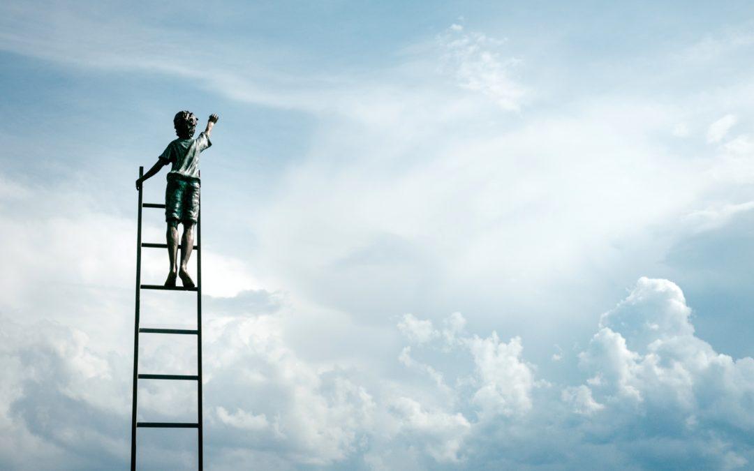 Un enfant grimpé sur une échelle en direction des nuages, espoir-Marie Duval sophrologue
