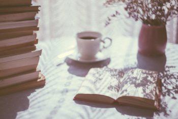 un moment de lecture devant une pile de livres -Marie Duval sophrologue