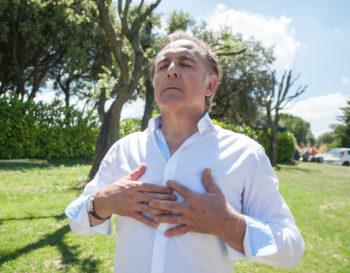 Homme respirant pleinement les yeux fermés - Marie Duval sophrologue