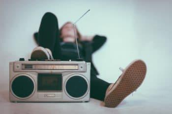 Jeune écoutant de la musique -Marie Duval sophrologue