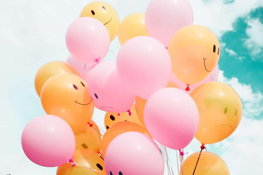 Ballons jaunes et roses arborant des sourires -Marie Duval sophrologie