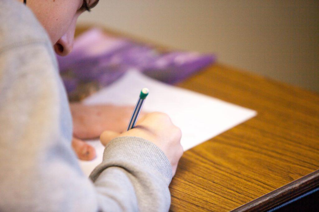 jeune fille entrain d'écrire en classe-Marie Duval sophrologue