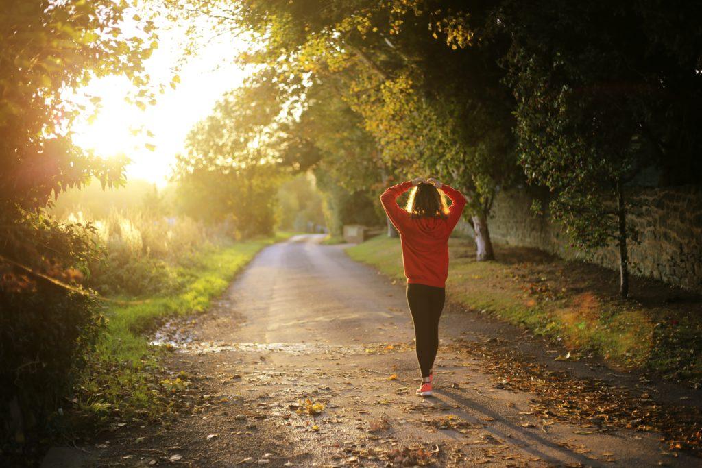Jeune femme avançant sur un chemin de campagne- Marie Duval sophrologue