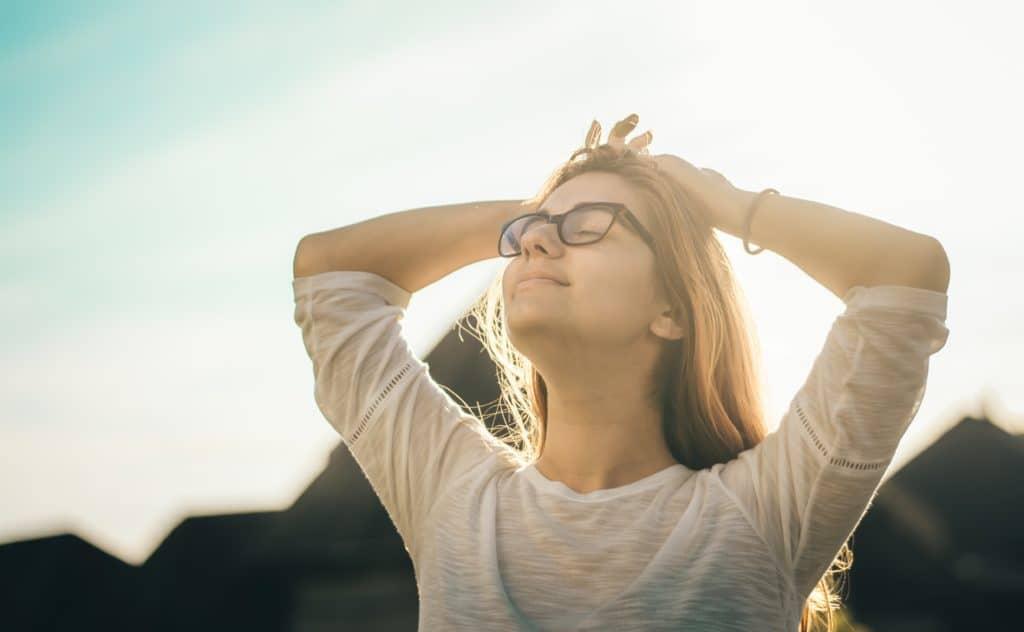 Jeune femme souriant les yeux fermés- Marie Duval sophrologue