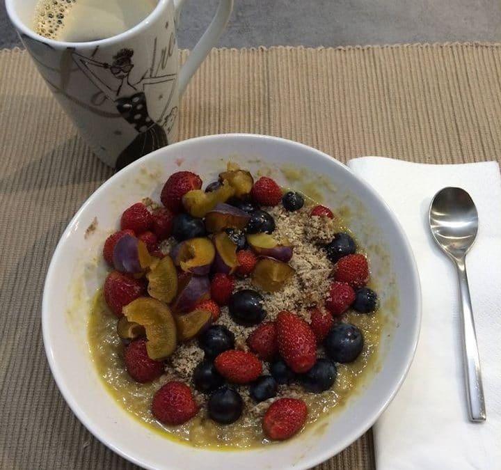 Assiette de Miam aux fruits et mug de thé-Marie Duval sophrologue