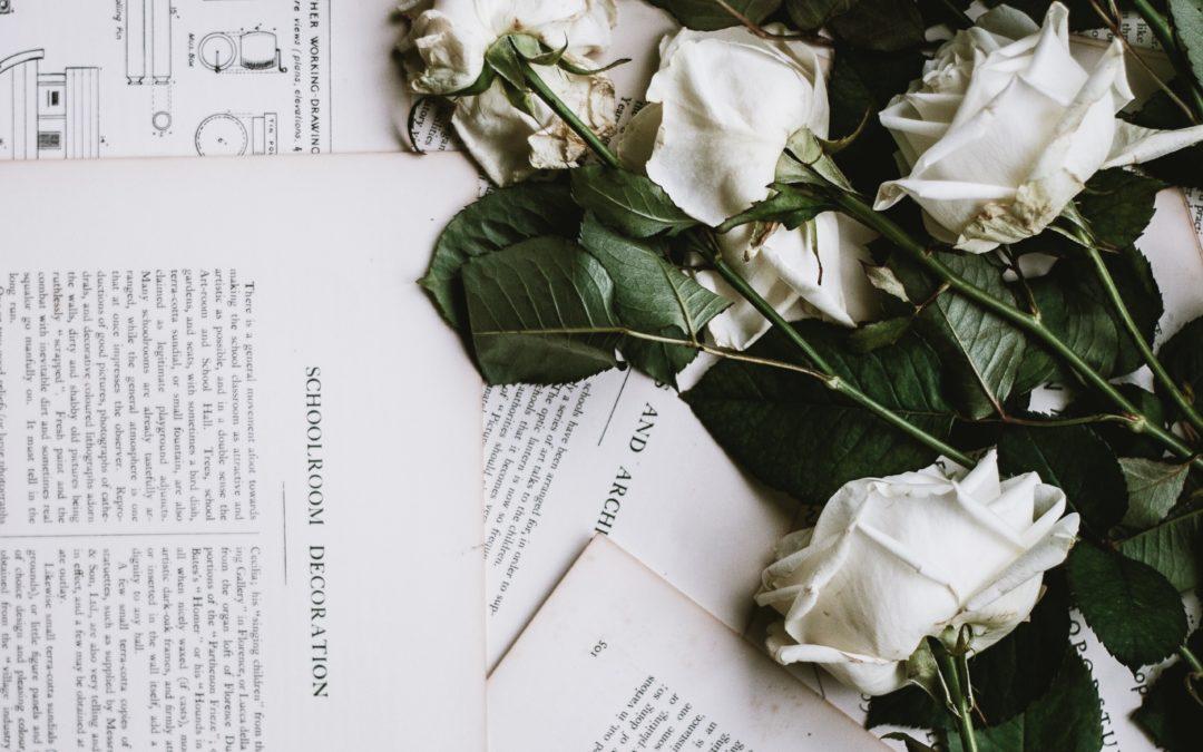Rose blanches posées sur un journal-Marie Duval sophrologue